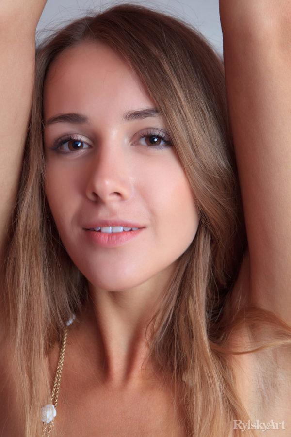 Magrinha de 18 anos pelada