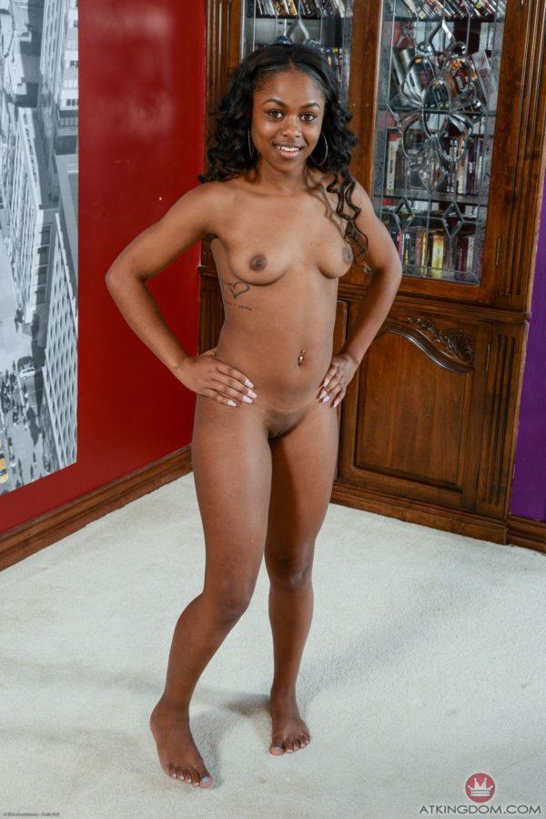 Negra baixinha se exibindo peladinha