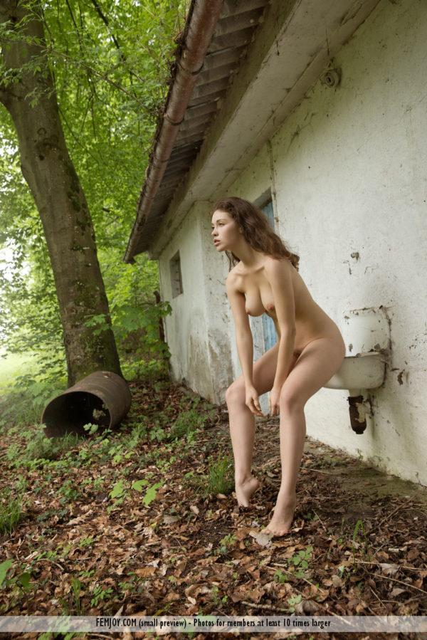 Novinha peituda mostrando a xoxota cabeluda